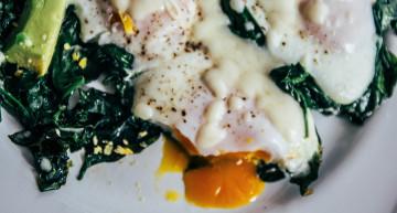 Jajka na szpinaku pod mozarellą