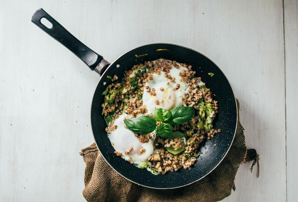 Kasza gryczana z jajkiem i cukinią